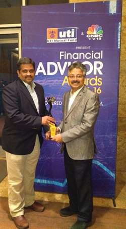 C.R. Chandrasekar, CEO, and Srikanth Meenakshi, COO, of FundsIndia with the award.